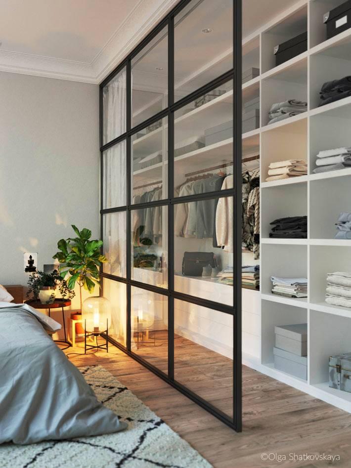 открытый стеллаж для хранения вещей в спальне фото