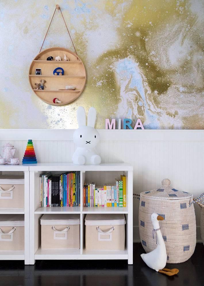 белые стеллажи из ИКЕА и плетеная корзина в детской спальне