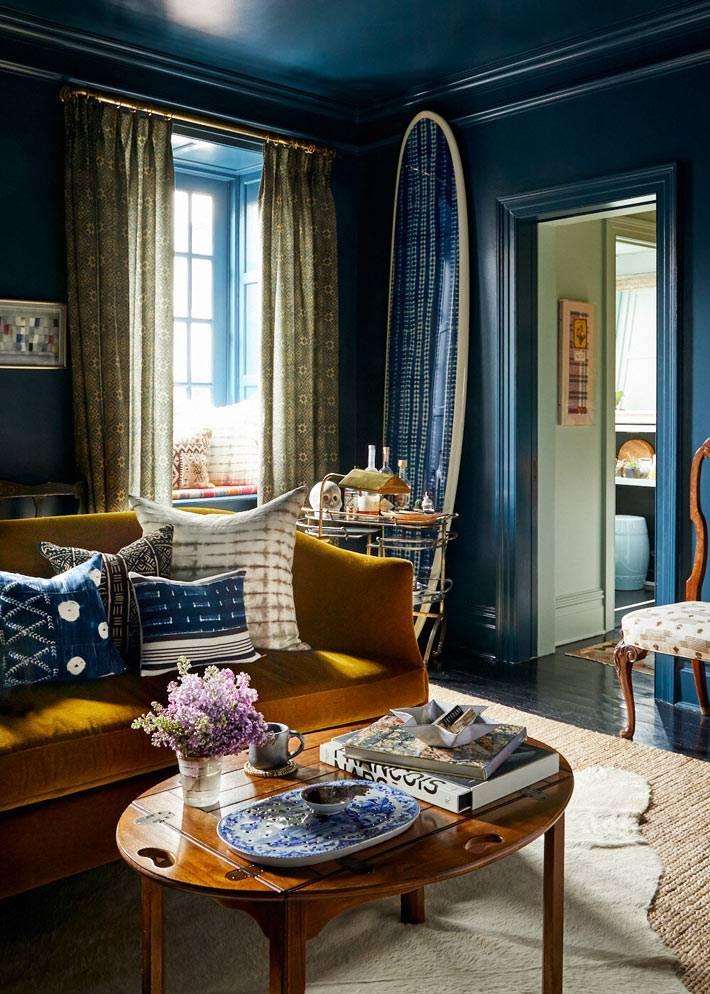 синие стены и потолок в нетривиальной квартире фото