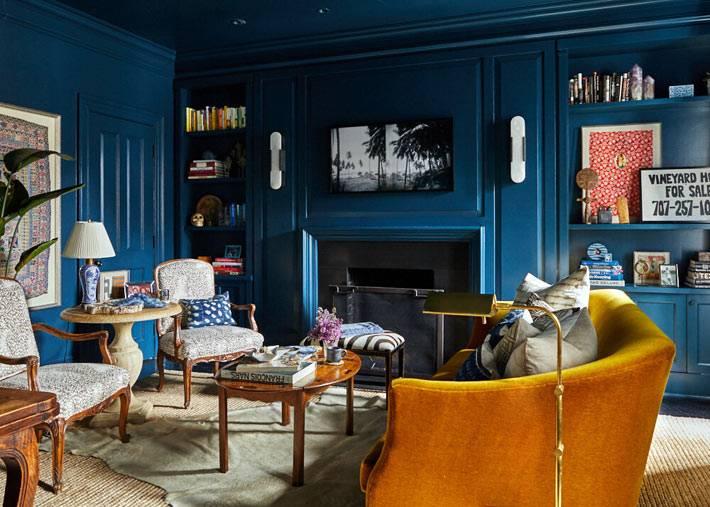 желтый диван в комнате с синими стенами и потолком фото