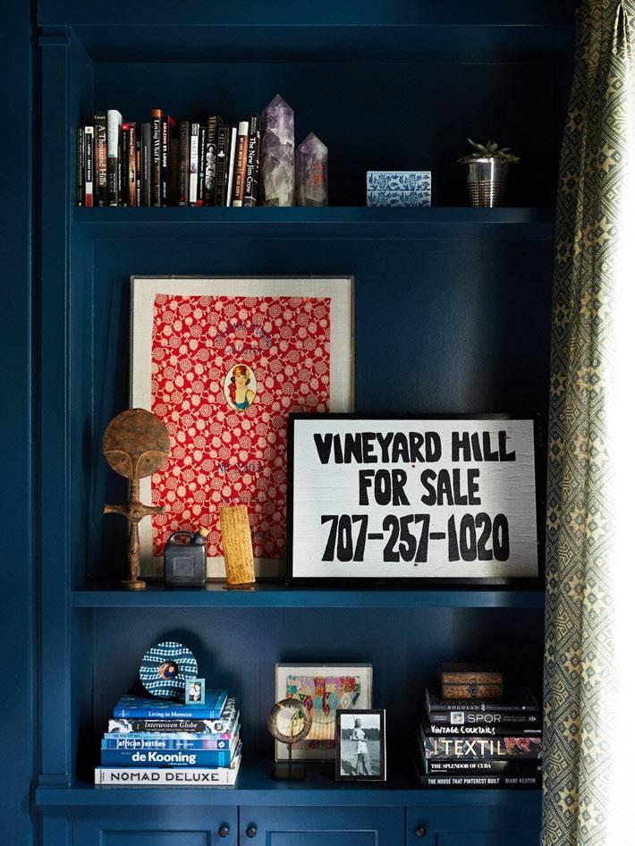 встроенные стеллажи синего цвета для книг и разных мелочей