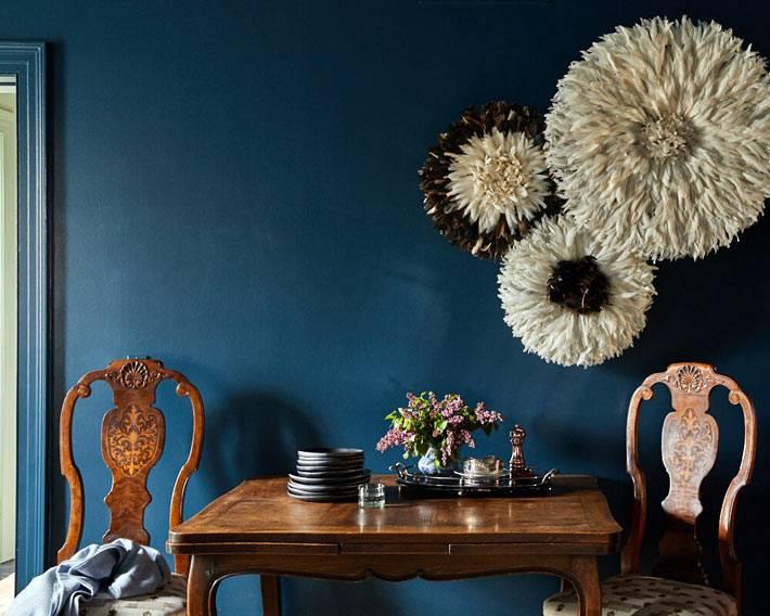 самодельные панно в виде цветов на синей стене