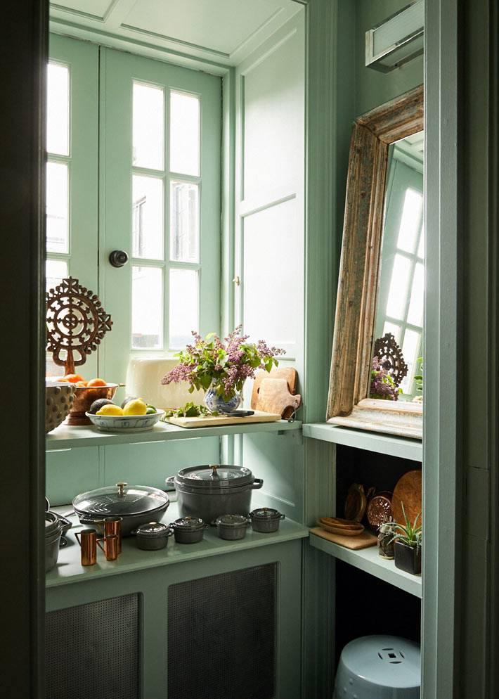кухонные шкафчики мятного цвета с открытыми полками
