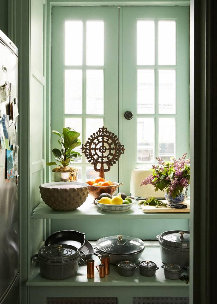 кухонная посуда на открытых полках в кухне