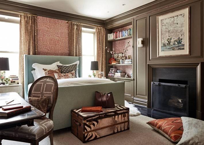 главная спальня с камином и коричневыми панелями фото