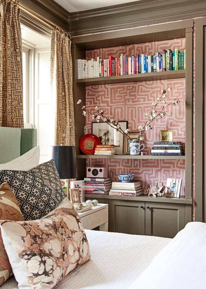 встроенный стеллаж для книг в спальне фото