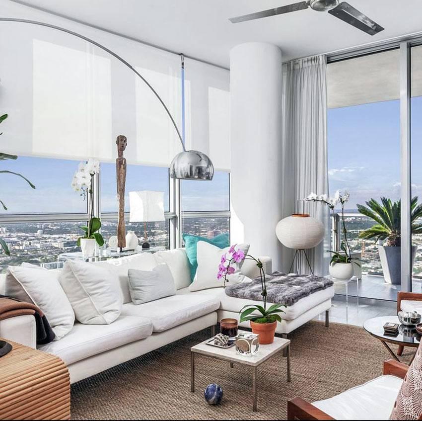 угловые панорамные окна в гостиной комнате квартиры
