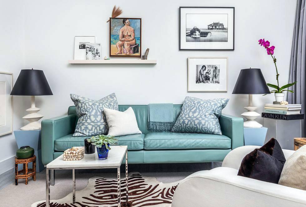 лампы на придиванных столиках, бирюзовый диван в интерьере