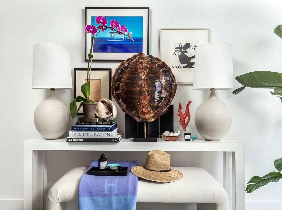 белая консоль, цветы и декор на столике