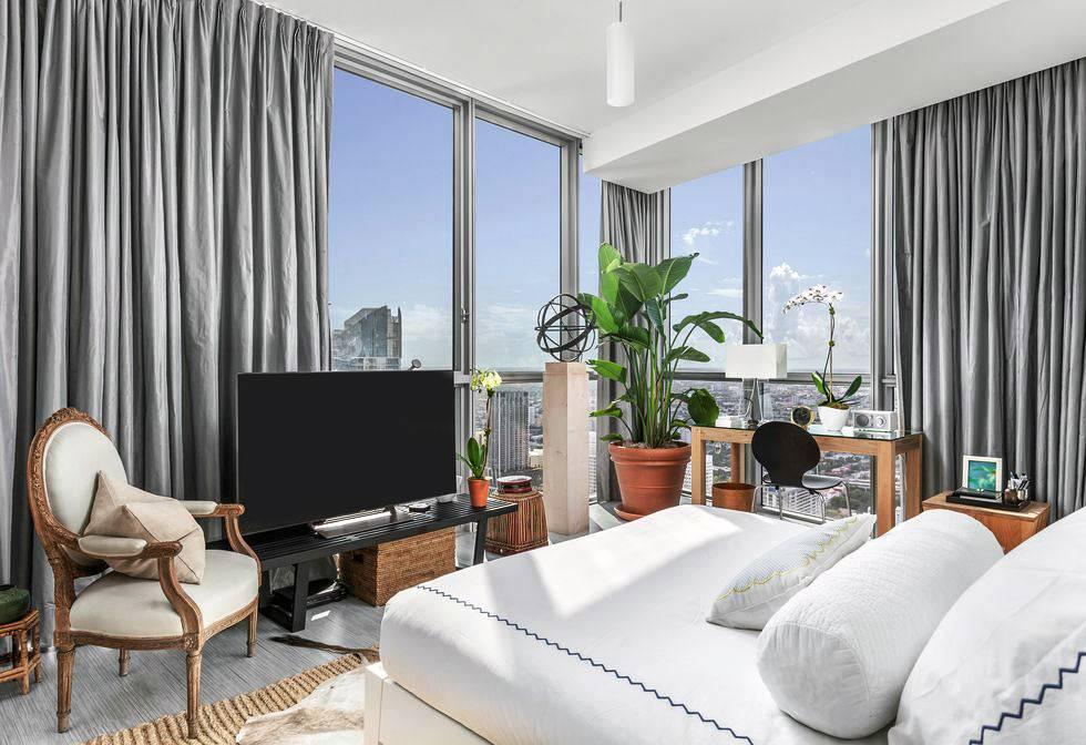 спальня с шикарным панорамным видом на город с высоты