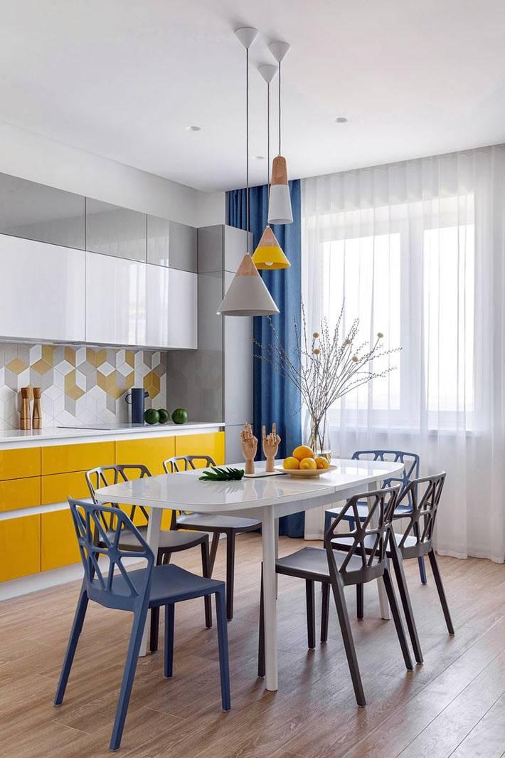 сочетание желтого, синего и белого цветов на кухне фото