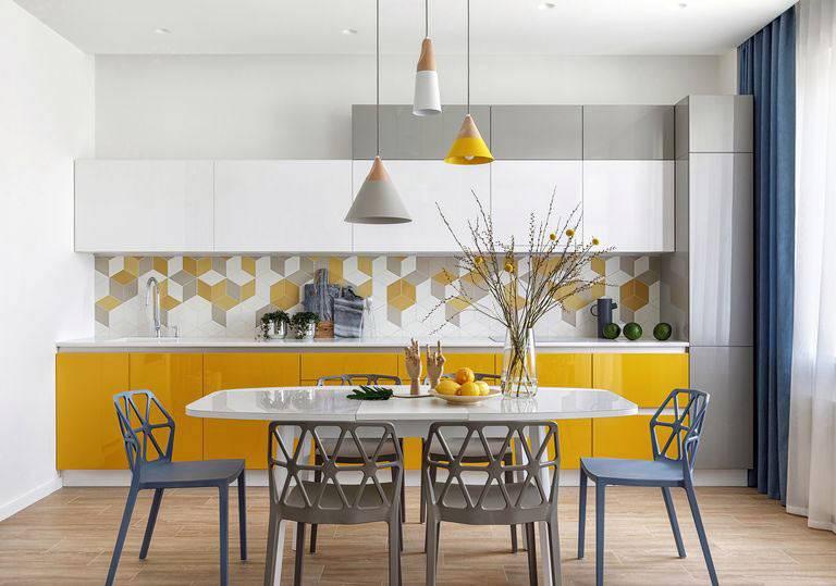 жизнерадостный яркий интерьер кухни со столовой