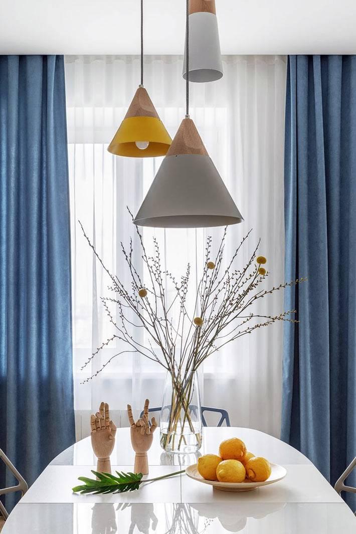 подвесная тройная люстра над обеденным столом на кухне