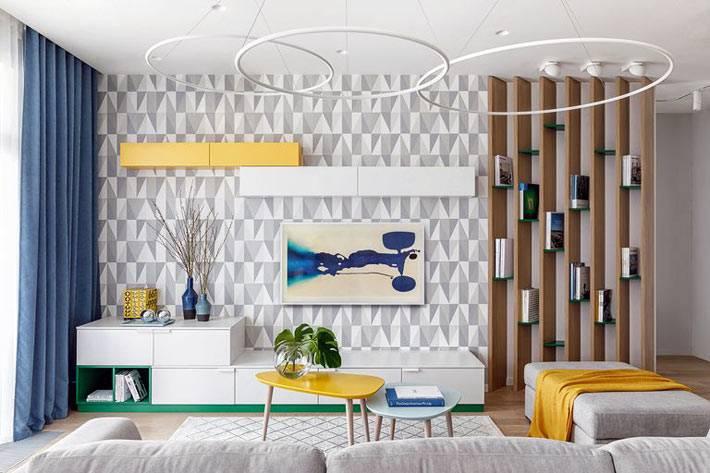деревянные ламели отделяют гостиную от прихожей фото