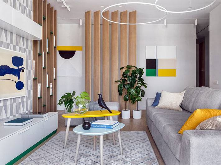 ярко-желтые акценты мебели в сером интерьере гостиной
