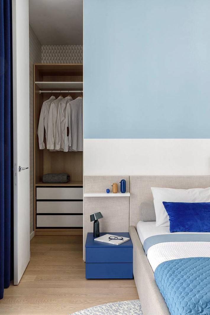 за изголовьем кровати скрыта гардеробная комната