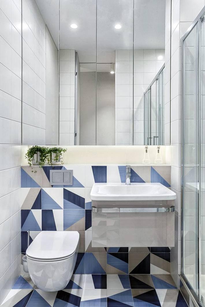 зеркальная стена в туалетной комнате с голубым оформлением