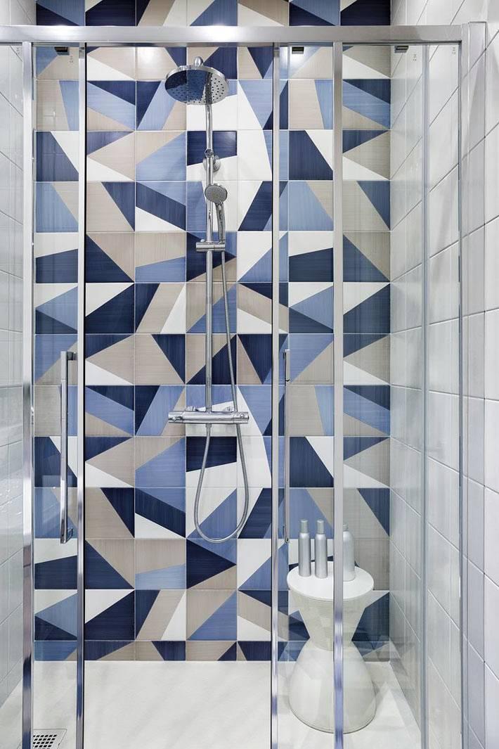 бело-голубая мозаичная плитка в душевой комнате фото