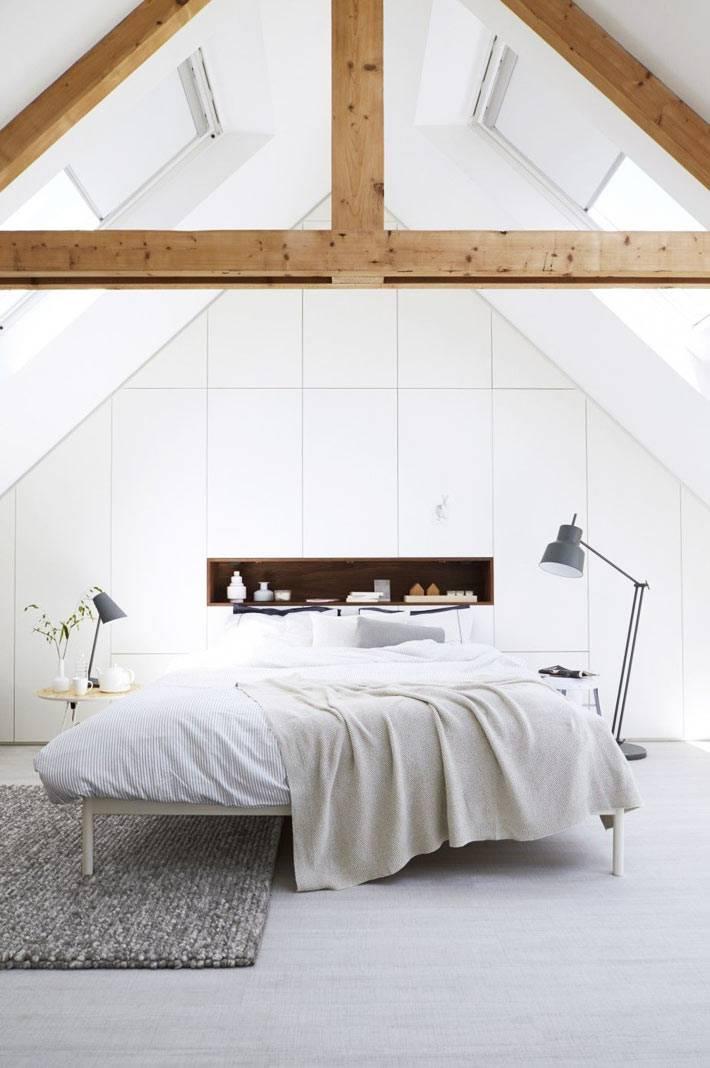 мансардная спальня в белом цвете с деревянными балками