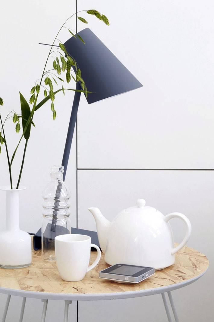 круглый деревянный столик, черная матовая настольная лампа