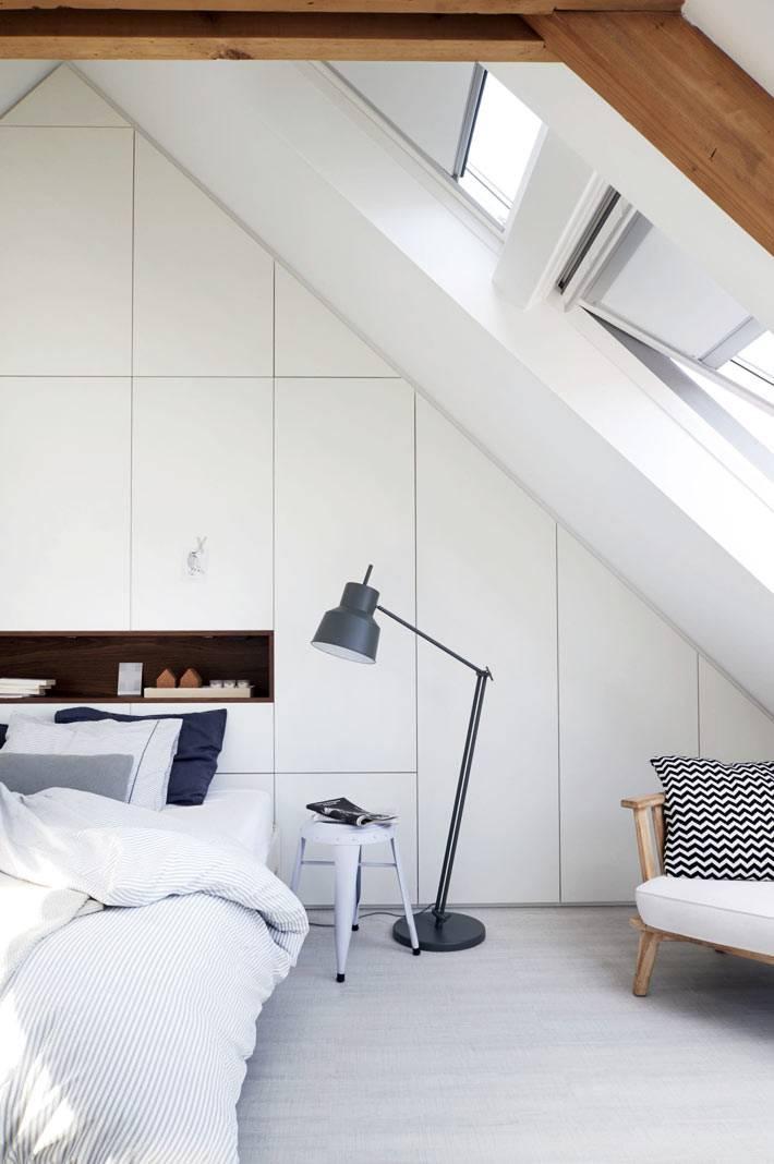 напольнай торшер черного цвета в белом интерьере  спальни