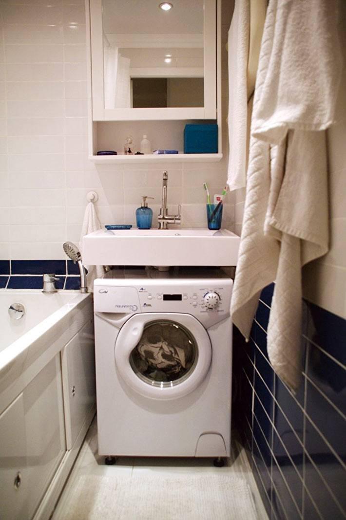стиральная машина под раковиной в ванной комнате