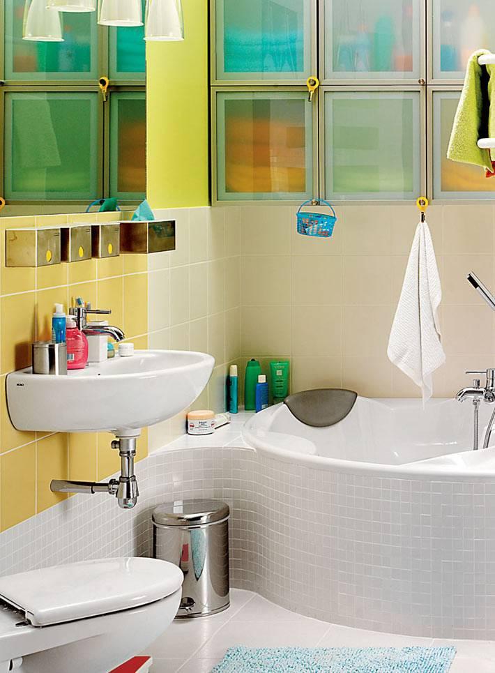 маленькая сидячая ванна для экономии пространства в комнате