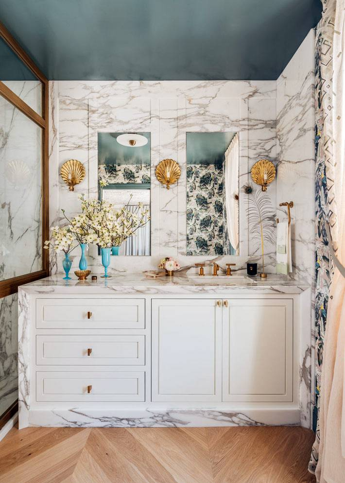 роскошная ванная комната с мраморными стенами фото