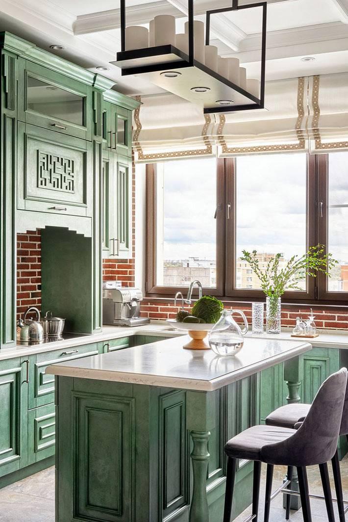 современня кухня с зелеными шкафами и кирпичной кладкой