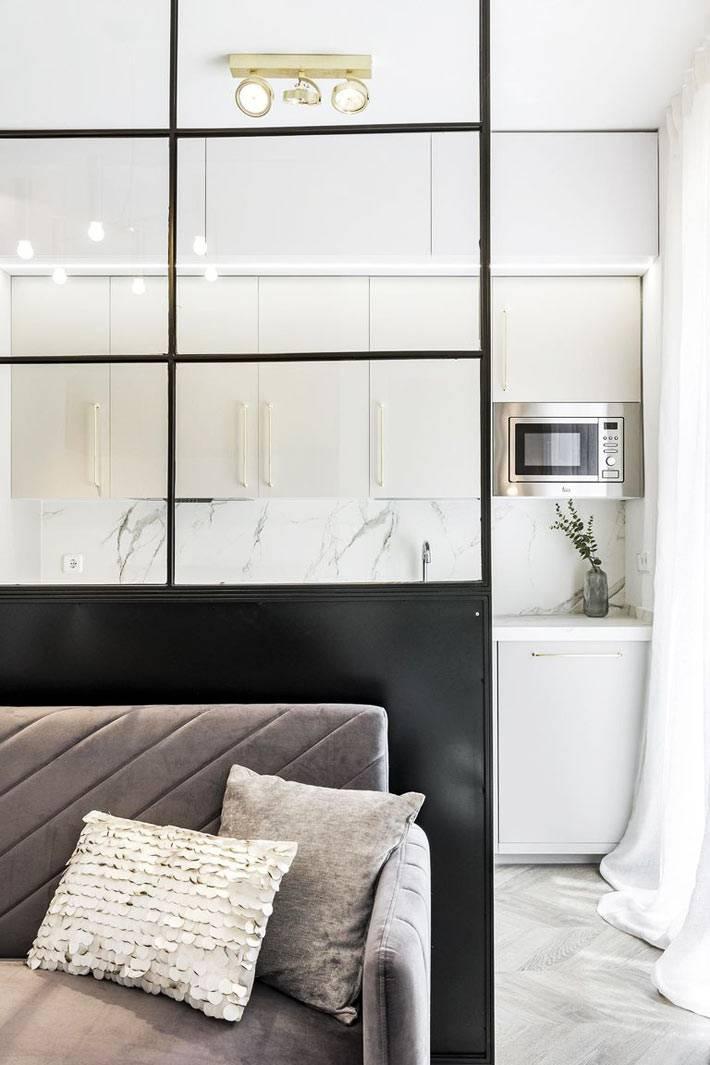 стеклянная перегородка между зоной кухни и гостиной фото
