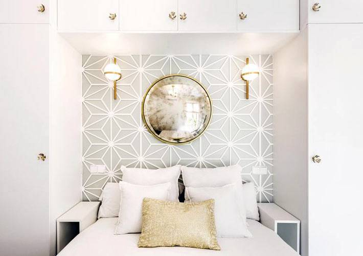 встроенные шкафы вокруг кровати в спальне, круглое зеркало
