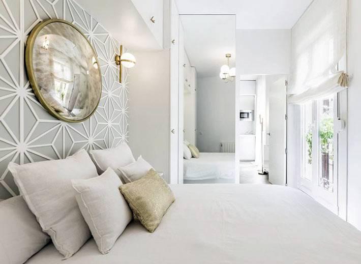 маленький интерьер спальни в белом цвете с большими окнами