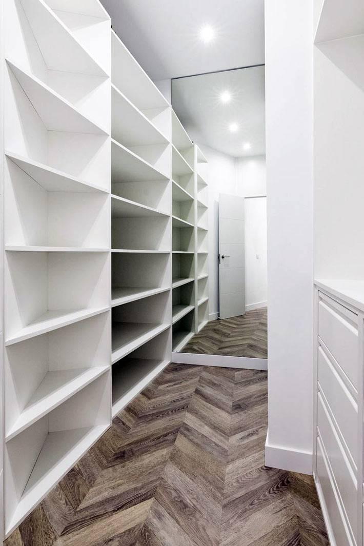 небольшая гардеробная со стеллажами в маленькой квартире