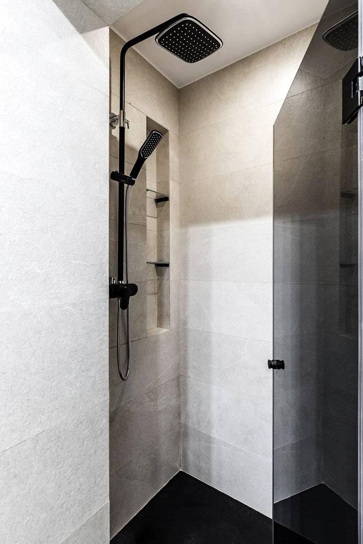 душевая система черного цвета, бежевая плитка на стенах душевой