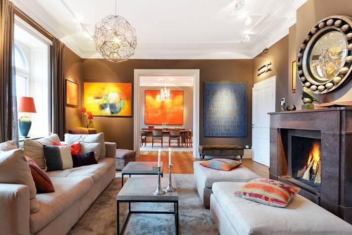 коричневая гамма в дизайне гостиной комнаты с камином