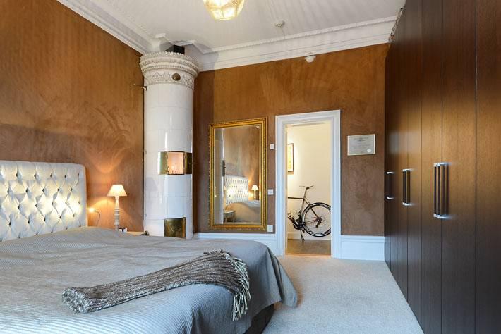 Коричневые стены в шведской квартире с камином (177 кв.м)