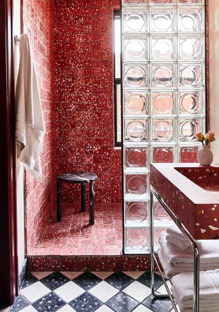 красная мозаичная плитка и стеклоблоки в душевой фото