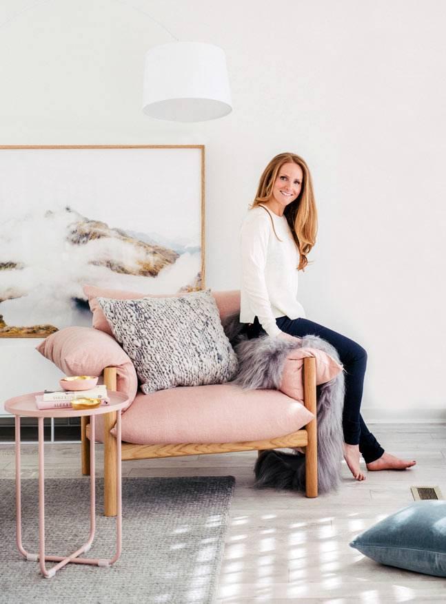 розовое кресло на деревянном каркасе фото