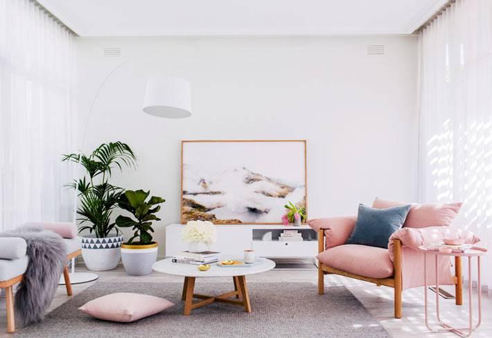 белый цвет комнаты как фон для ярких элементов мебели