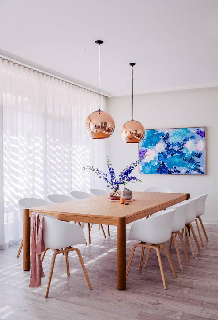 акварельная картина с синими красками в интерьере столовой