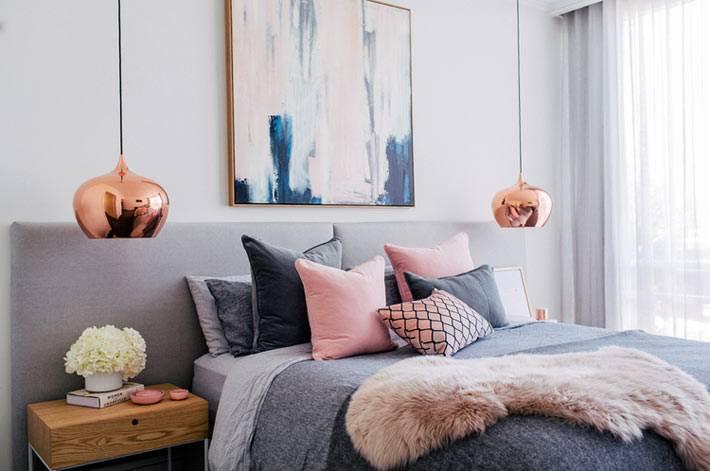 подвесные лампы с плафонами по бокам кровати
