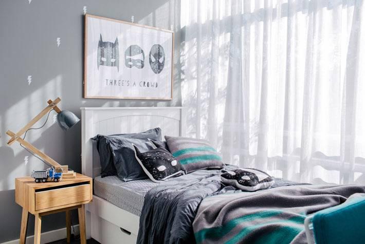 детская кровать возле большого окна фото