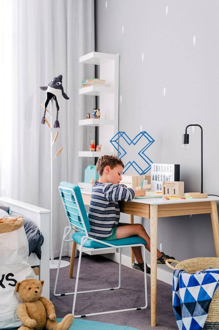 письменный стол для ребенка, вертикальная полка для книг