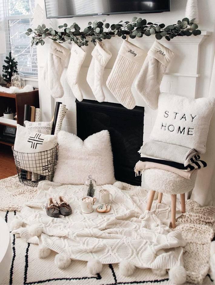 вязаные пледы и пушистые подушки в зимнем интерьере