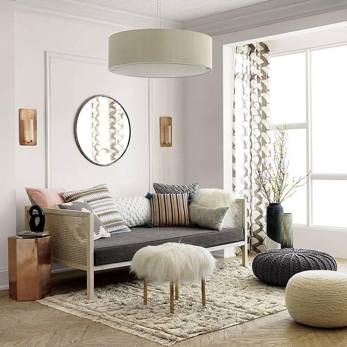 круглые вязаные пуфы белого и серого цвета в комнате