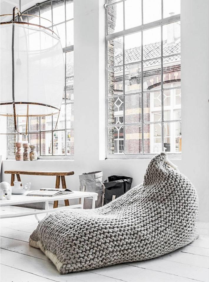 вязаное напольное кресло-мешок в современном интерьере
