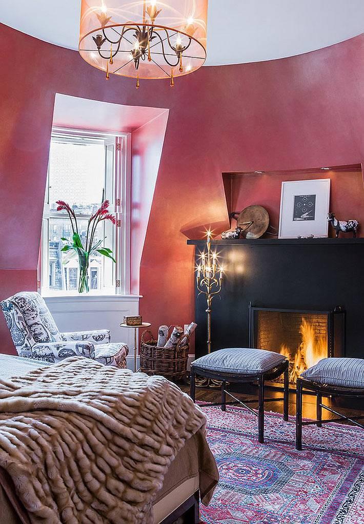 камин в спальне с розовыми стенами фото