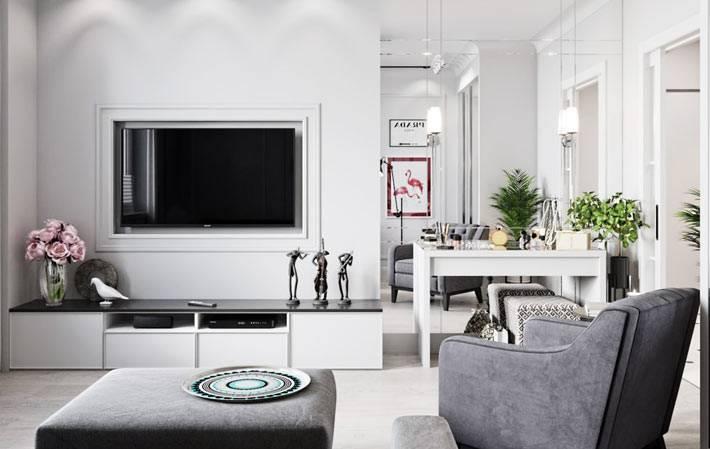 зеркальная стена для расширения пространства в гостиной