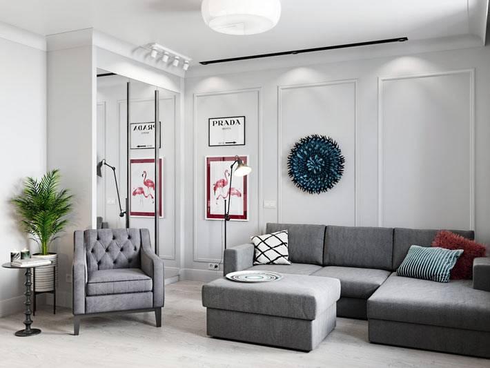 серая классическая мягкая себель в белом интерьере гостиной