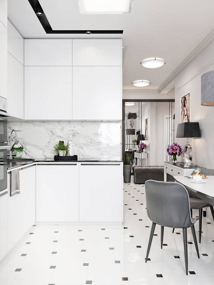 белая кухня с мраморной плиткой на кухонном фартуке